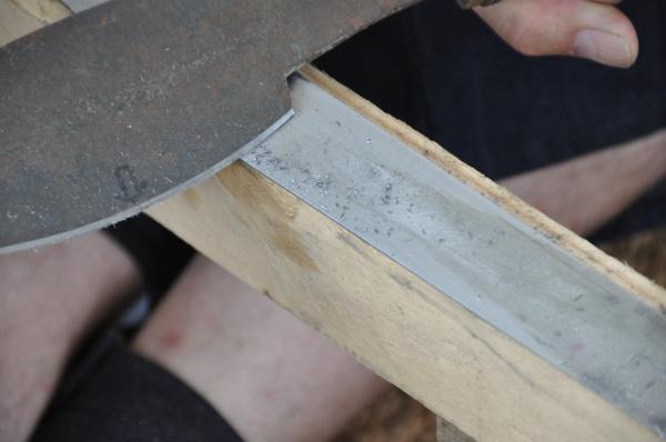 Préparation de la lame pour la trempe : dégrossissage de la lame au sen
