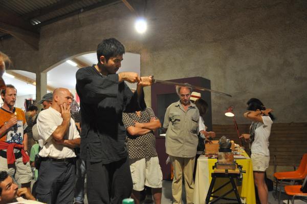Sotaro Matsumura examine une lame