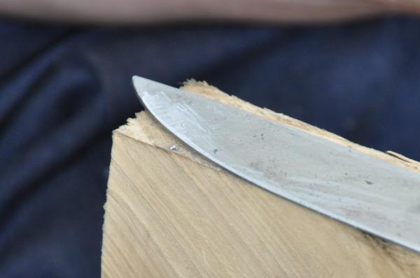 Préparation de la lame pour la trempe : la pointe de la lame dégrossie au sen