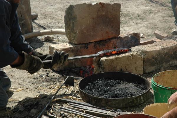 Enduit de charbon de paille de l'épée romaine