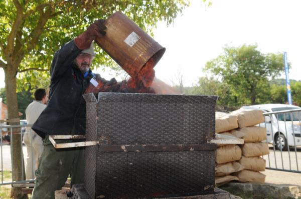 Popof alimente le bas fourneau en charbon de bois