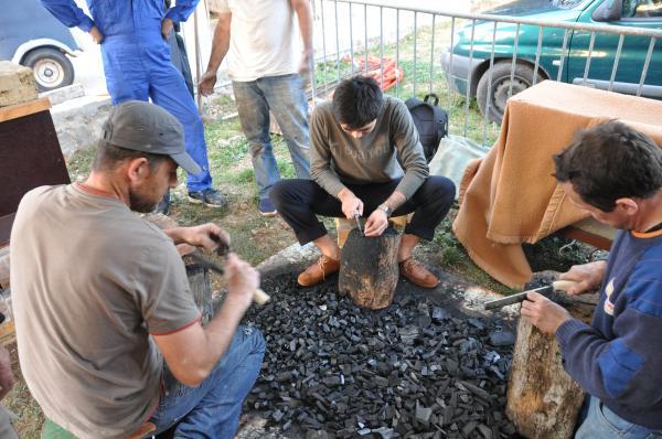 Découpe et calibrage du charbon de bois par Sotaro, Dominique et David