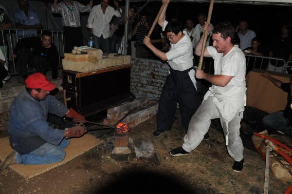 Sumihira Manabe et Pierre Nadeau comptactant un morceau de loupe issu du bas fourneau