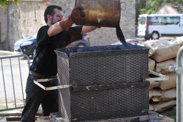 Jean-Marie Catugno alimente le bas fourneau en minerai de fer