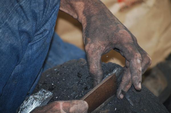 Découpe et calibrage du charbon de bois