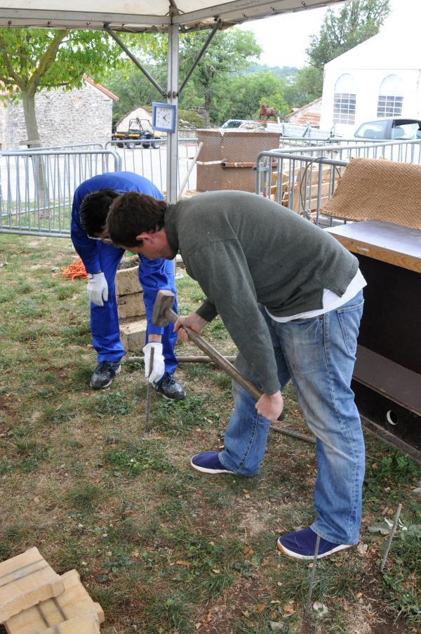 Préparation du sol pour le foyer de forge par Sumihira Manabe et Pierre Nadeau