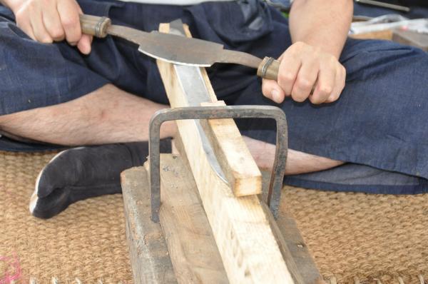 Préparation pour la trempe : dégrossissage de la lame au sen