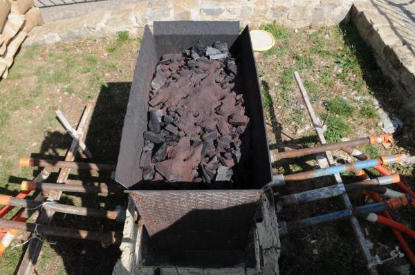 Le bas fourneau en fonctionnement : charbon de bois et minerai de fer